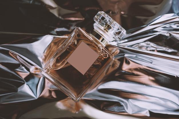 Frasco de perfume em um fundo brilhante