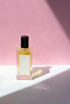 Frasco de perfume essência com sombras da luz solar