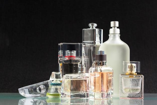 Frasco de perfume no escuro