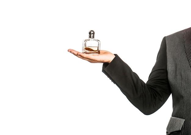Frasco de perfume ou colônia e perfumaria, cosméticos, frasco de perfume de perfume, colônia masculina segurando