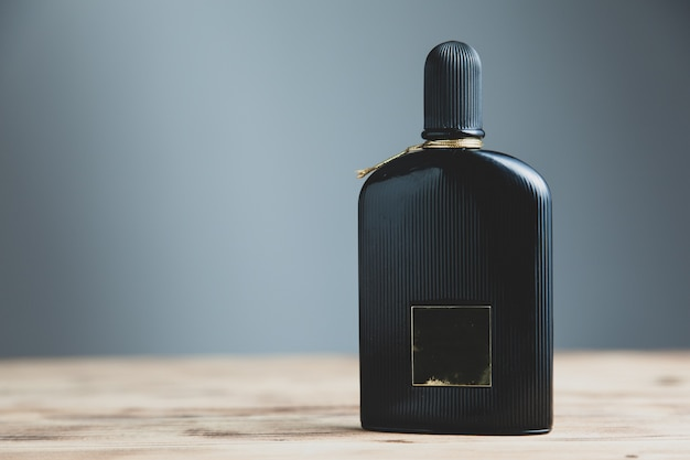 Frasco de perfume preto de homem na mesa
