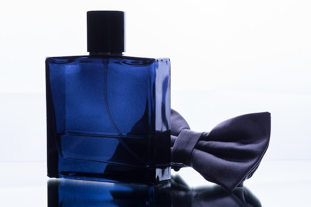 Frasco de perfume quadrado azul e gravata borboleta