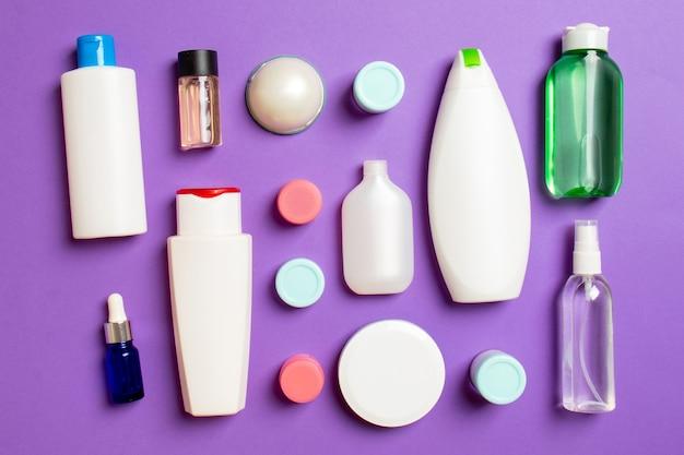 Frasco de plástico para cuidados corporais composição plana com produtos cosméticos