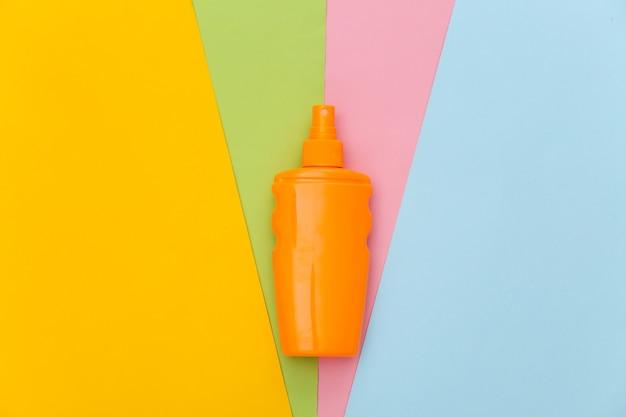 Frasco de protetor solar. proteção da pele. férias na praia.