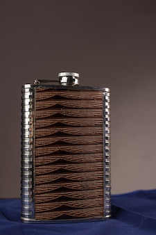 Frasco de quadril inoxidável isolado em um fundo cinza
