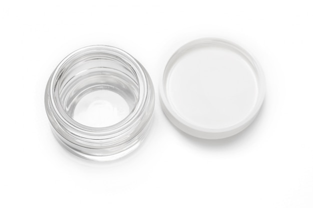 Frasco de recipiente de vidro transparente vazio aberto para creme cosmético com tampa branca, isolada no branco