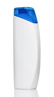 Frasco de shampoo branco com tampa azul em fundo branco close-up