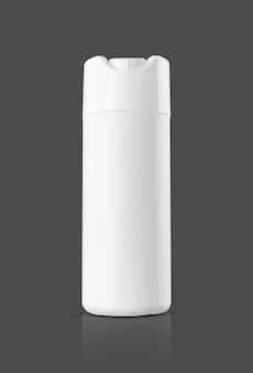 Frasco de shampoo de plástico branco de embalagem em branco para maquete de design de produto de higiene pessoal ou saneamento isolado em um fundo cinza com traçado de recorte