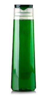 Frasco de shampoo de plástico verde sobre fundo branco