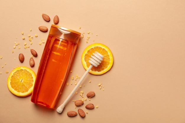 Frasco de shampoo e ingredientes naturais no fundo do artesanato. espaço em branco na garrafa