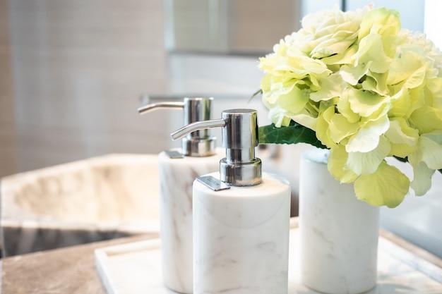 Frasco de shampoo e loção no banheiro
