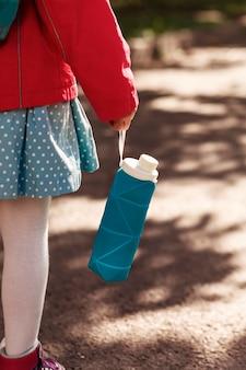 Frasco de silicone dobrável na mão da menina