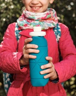 Frasco de silicone reutilizável dobrável na mão da menina