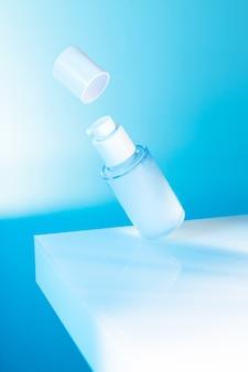 Frasco de soro cosmético voando sobre um fundo azul, luz de néon, imagem simulada