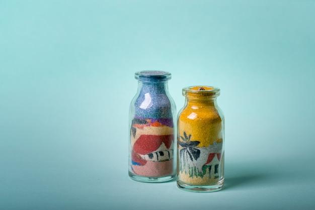 Frasco de souvenir artesanal do nordeste brasileiro com desenhos feitos com areia colorida