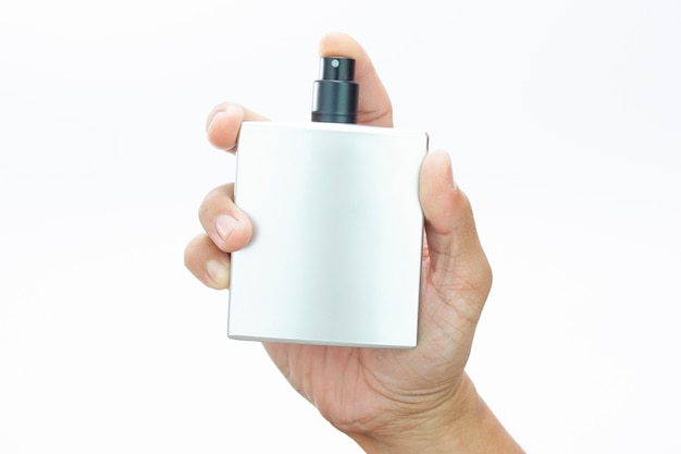 Frasco de spray de perfume na mão do homem