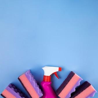 Frasco de spray de vista superior e esponjas
