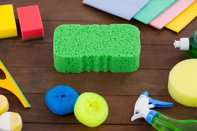 Frasco de spray detergente e vários equipamentos de limpeza