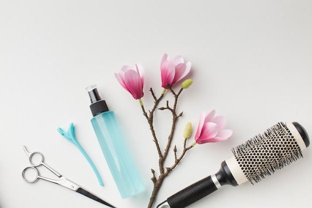 Frasco de spray e ferramentas para o cabelo