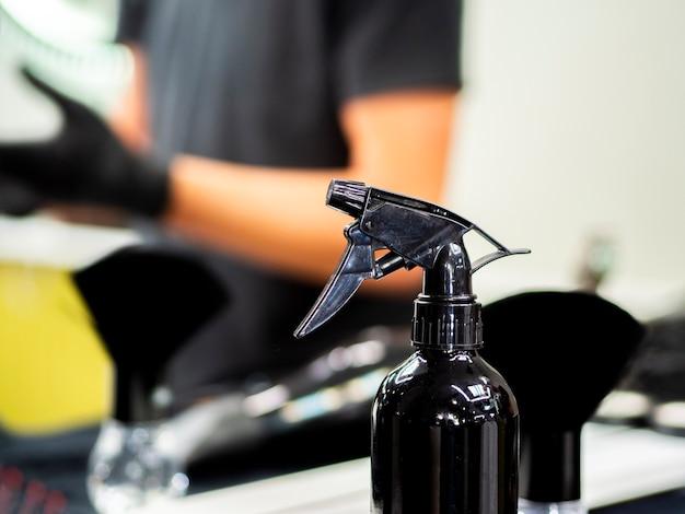 Frasco de spray em uma barbearia