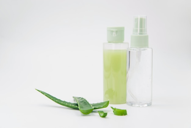 Frasco de spray natural de aloe vera para beleza em fundo branco