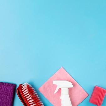 Frasco de spray plana leigos e escova em fundo azul