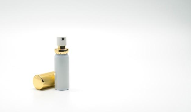 Frasco de spray premium com tampa de ouro isolada no fundo branco