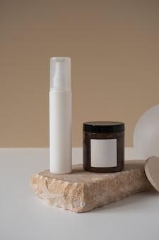 Frasco de spray vazio, frasco de creme corporal, pedra de mármore em bege pastel neutro