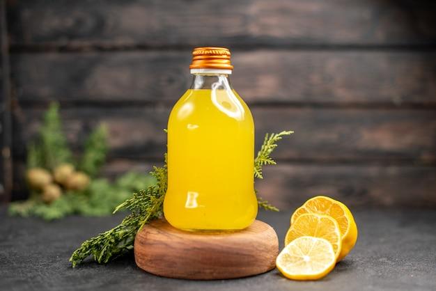 Frasco de suco de laranja fresco de vista frontal em corte de placa de madeira