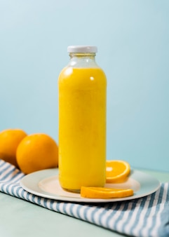 Frasco de suco delicioso e laranjas