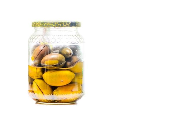Frasco de vidro com azeitonas verdes italianas