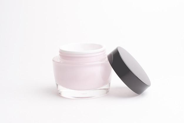 Frasco de vidro com creme facial em um fundo branco