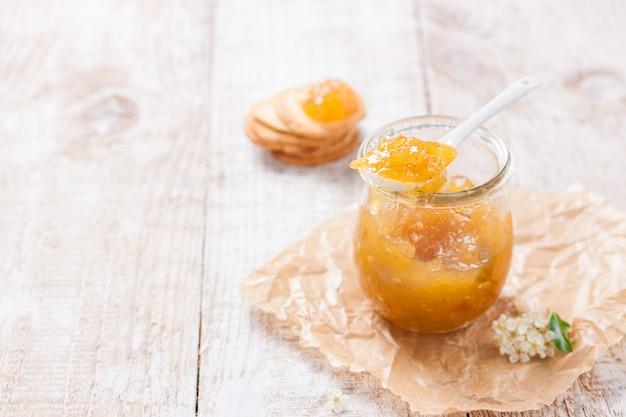 Frasco de vidro com doce de fruta
