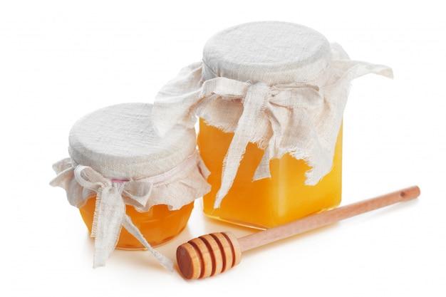Frasco de vidro com doce mel isolado no fundo branco