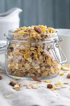 Frasco de vidro com grãos inteiros no café da manhã