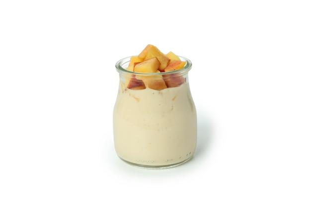 Frasco de vidro com iogurte de pêssego isolado no fundo branco