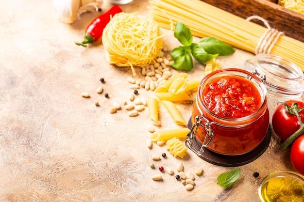 Frasco de vidro com massa picante clássica caseira de tomate ou molho de pizza.
