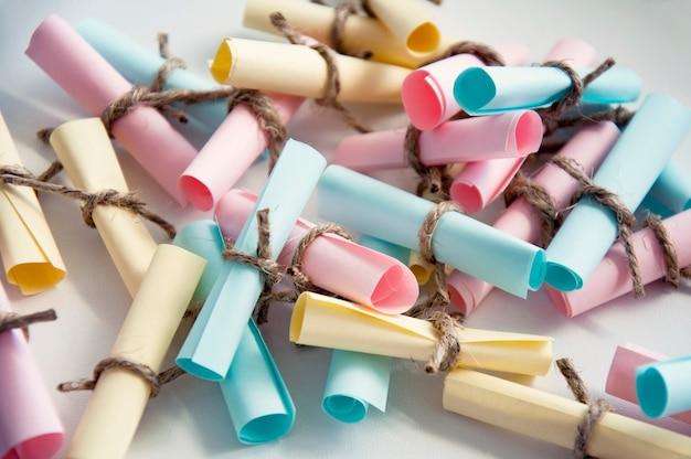 Frasco de vidro com notas coloridas com blur e tonificação