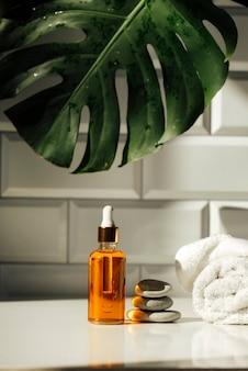 Frasco de vidro com óleo essencial conceito de cuidados com a pele