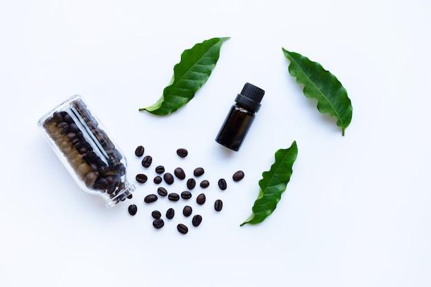 Frasco de vidro com óleo essencial de café em branco