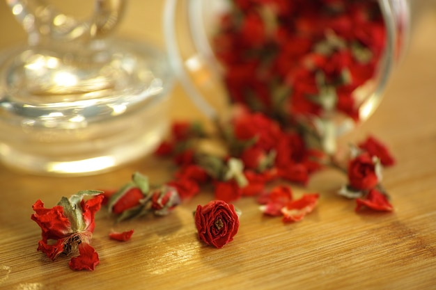 Frasco de vidro com pétalas vermelhas