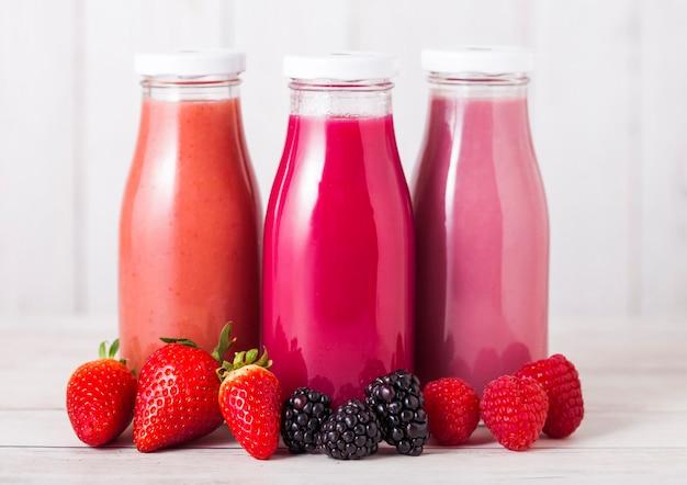 Frasco de vidro com smoothie de frutas frescas no verão