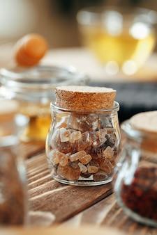 Frasco de vidro de adoçante na mesa de madeira