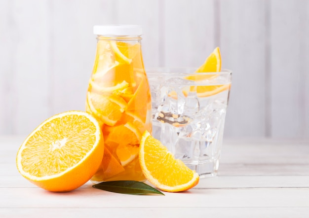 Frasco de vidro de água de frutas ainda laranja