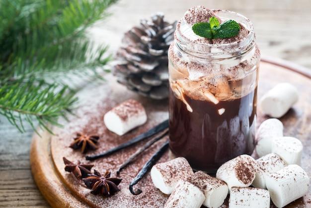 Frasco de vidro de chocolate quente com marshmallows