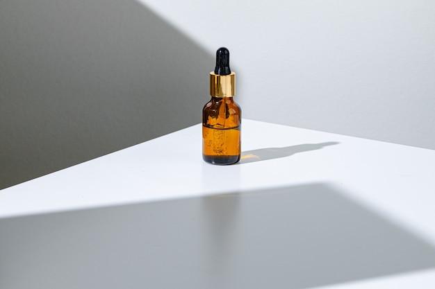 Frasco de vidro marrom hidratante para a pele oleosa com pipeta close up