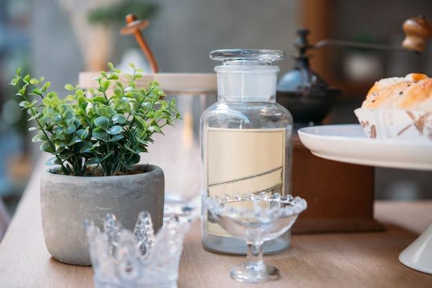 Frasco de vidro vintage em cima do balcão