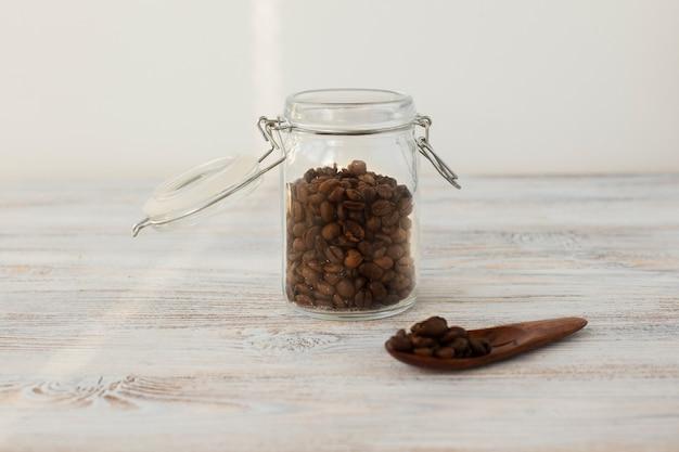 Frasco de vista frontal cheio de grãos de café