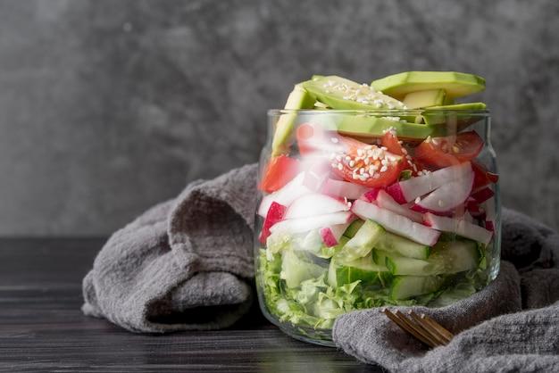 Frasco de vista frontal cheio de legumes orgânicos