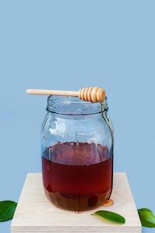 Frasco de vista frontal com mel orgânico